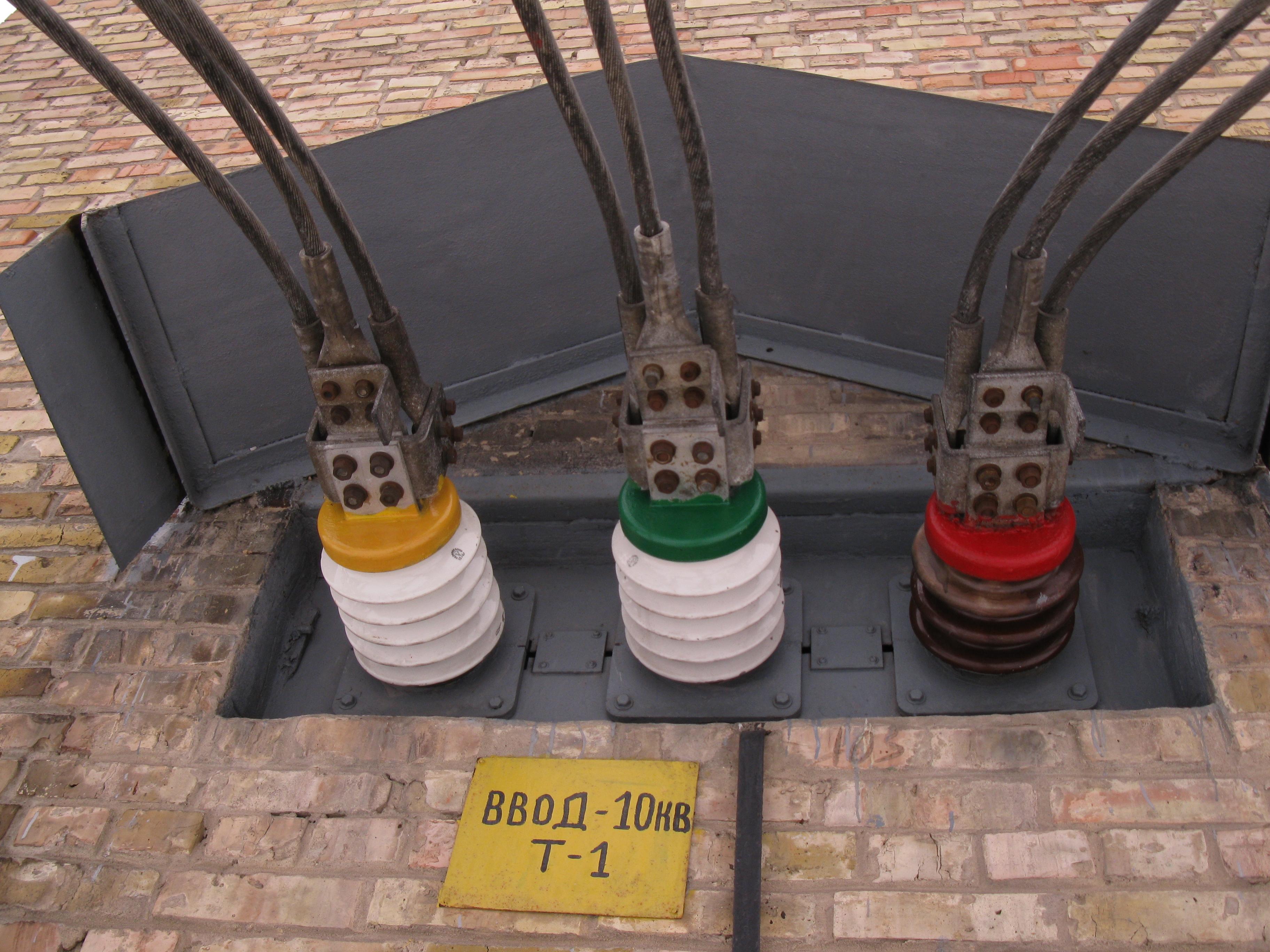 Подключение трех проводов к проходному изолятору