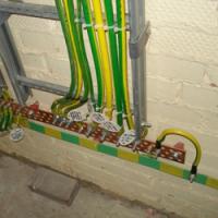 В какой цвет окрашивают защитные проводники заземления